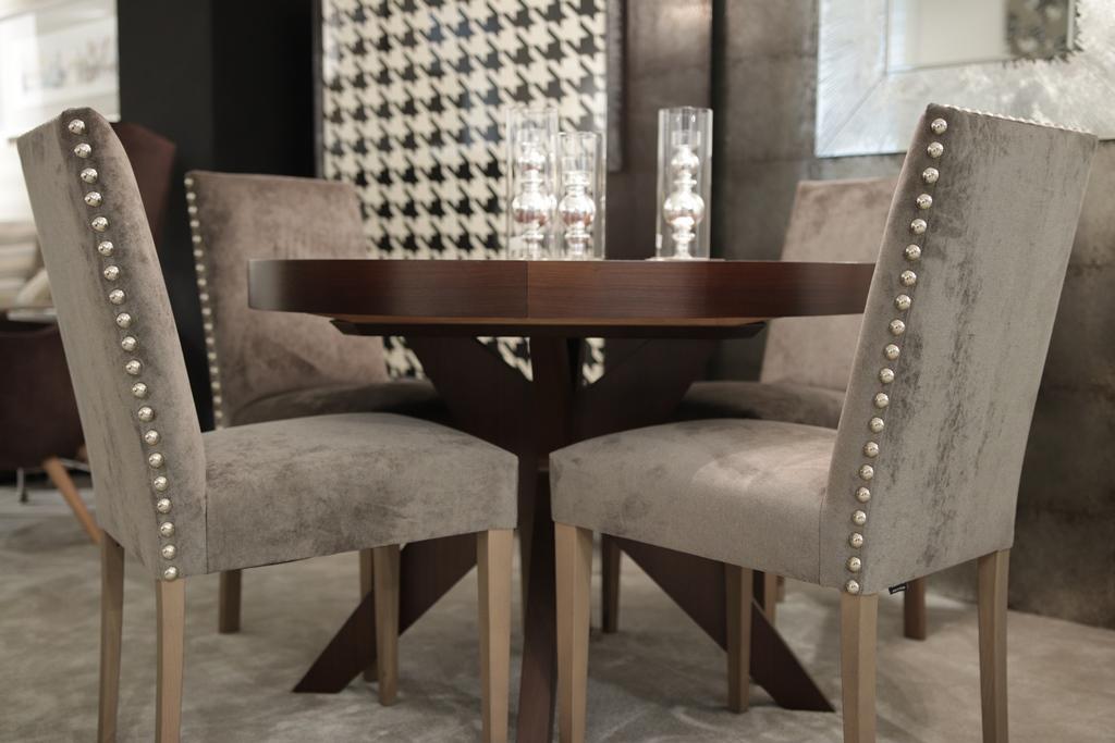 Mesa de comedor madera redonda con pie aspa y sillas tapizadas ...