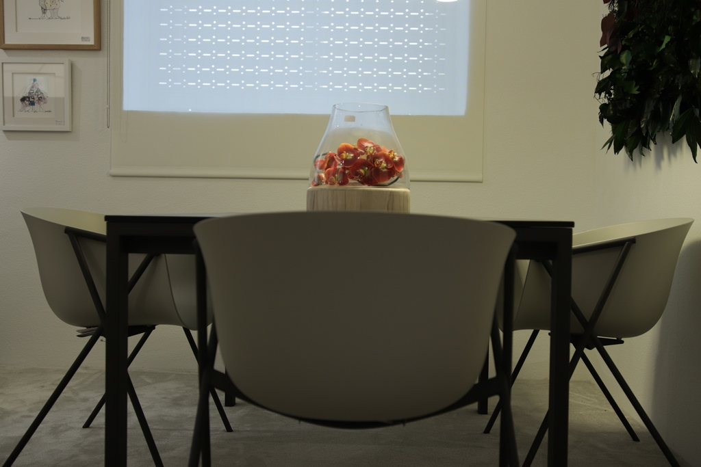 Mesa de comedor moderna con sillas de diseño - Gorostidi Ideas